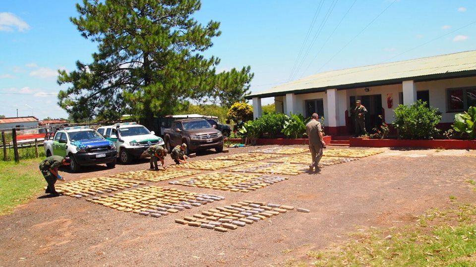 La Policía incautó más de 1.041 panes de marihuana y secuestro una camioneta denunciada como sustraída
