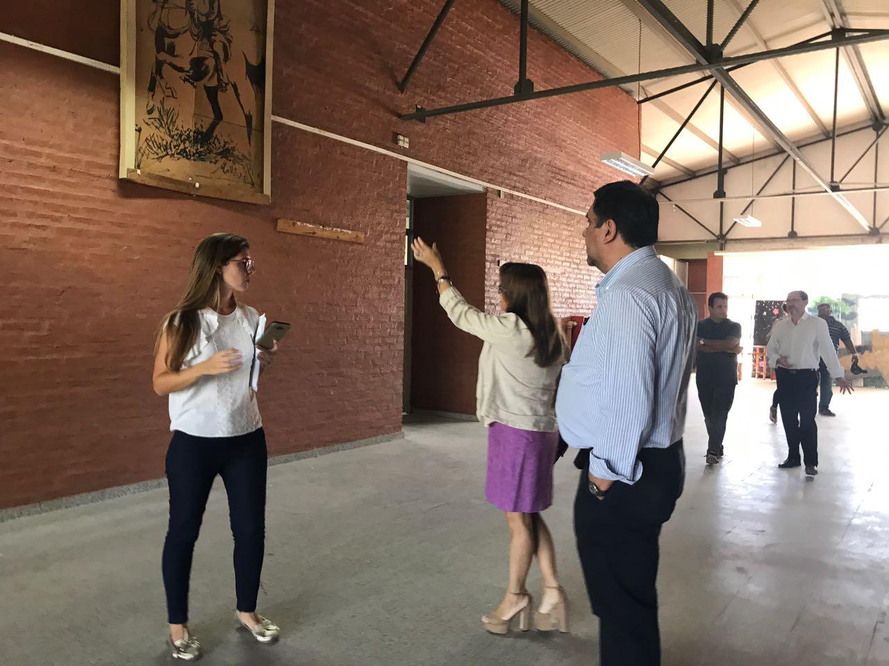 La ministra Susana Benítez verifica el avance de obras y también limpieza de escuelas
