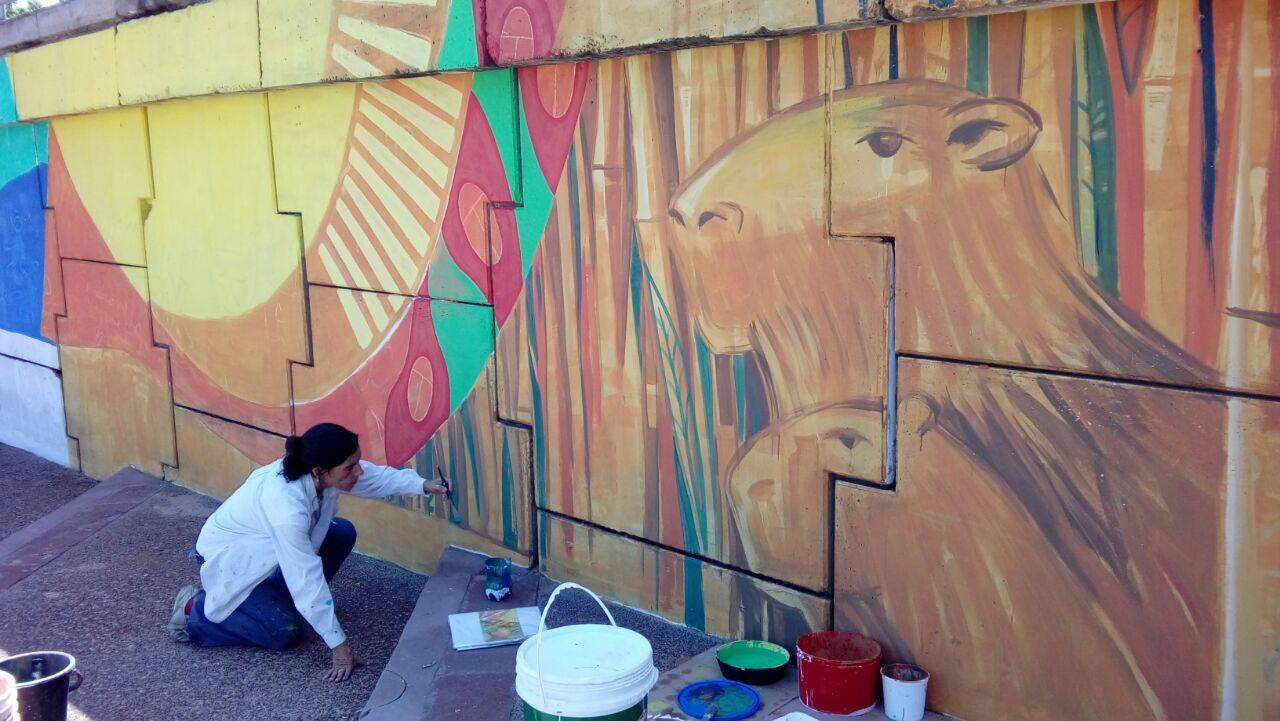 La Municipalidad pinta un mural en Costanera que refleja la cultura y biodiversidad correntina
