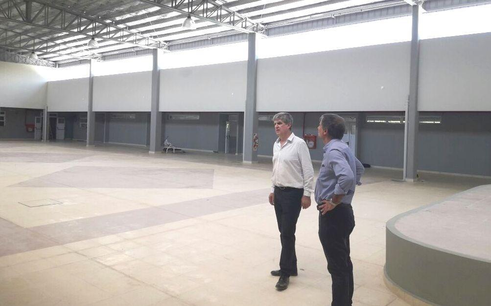 El ministro Rodríguez, junto al titular de INVICO, recorrió la nueva escuela que se construyó en Esquina