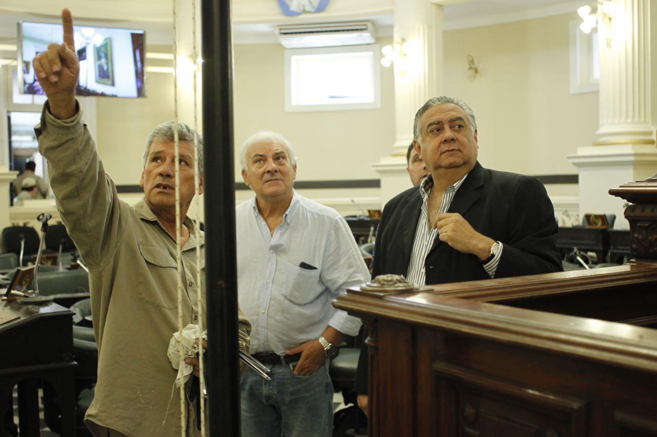Pedro Cassani en los detalles de la restauración del recinto legislativo