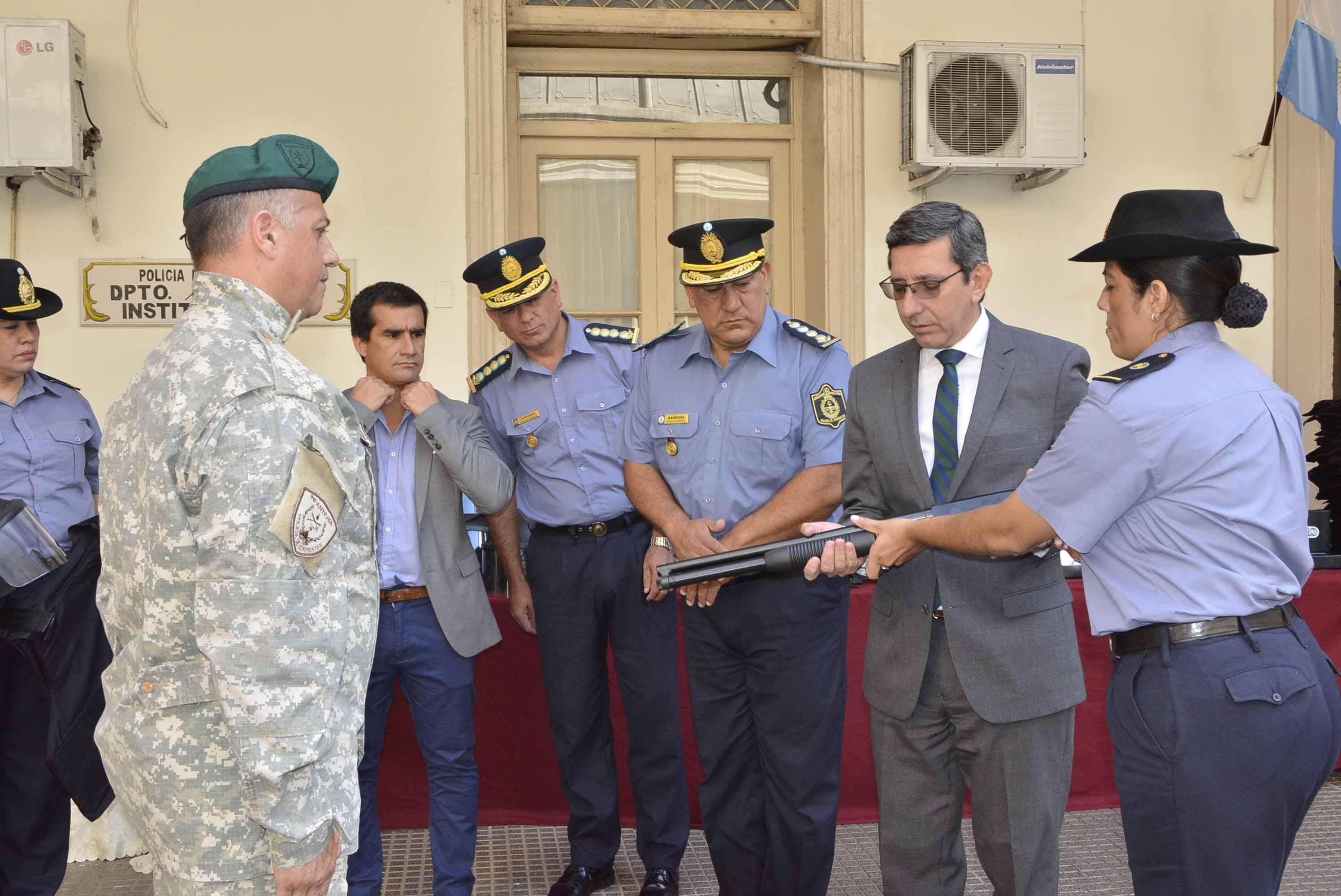 En pos de garantizar la seguridad de los correntinos, el Gobierno entregó armamento y equipamiento a distintas unidades especiales de la Policía