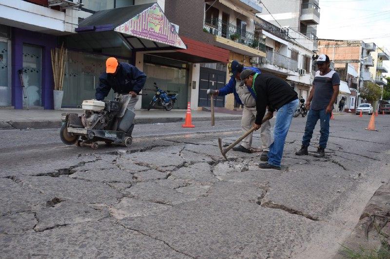 Iniciaron los trabajos de bacheo en calle Roca