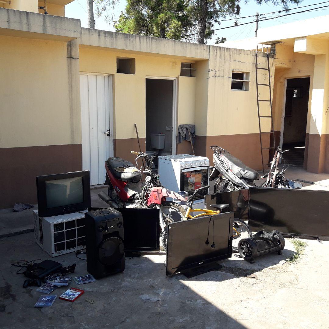 La Policía efectuó varios allanamientos y lograron recuperar varias cosas provenientes de delito.