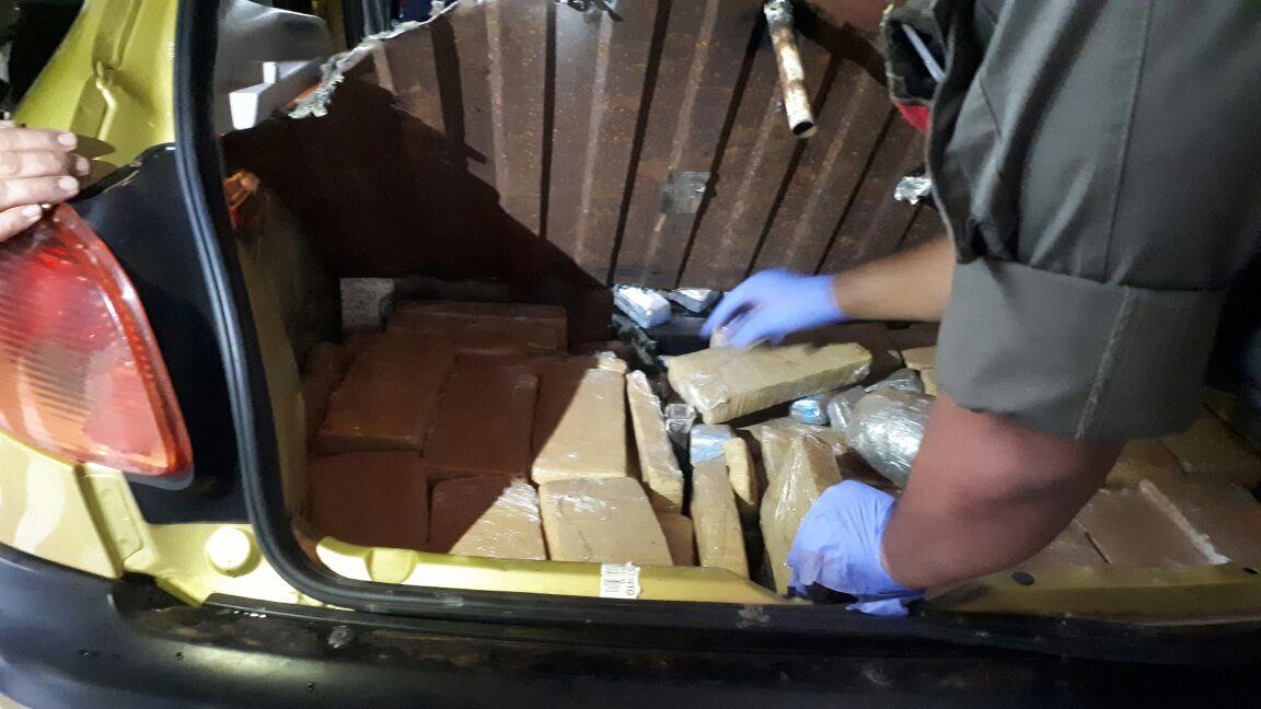 Detienen a tres personas que viajaban en un automóvil con  72 kilos de marihuana