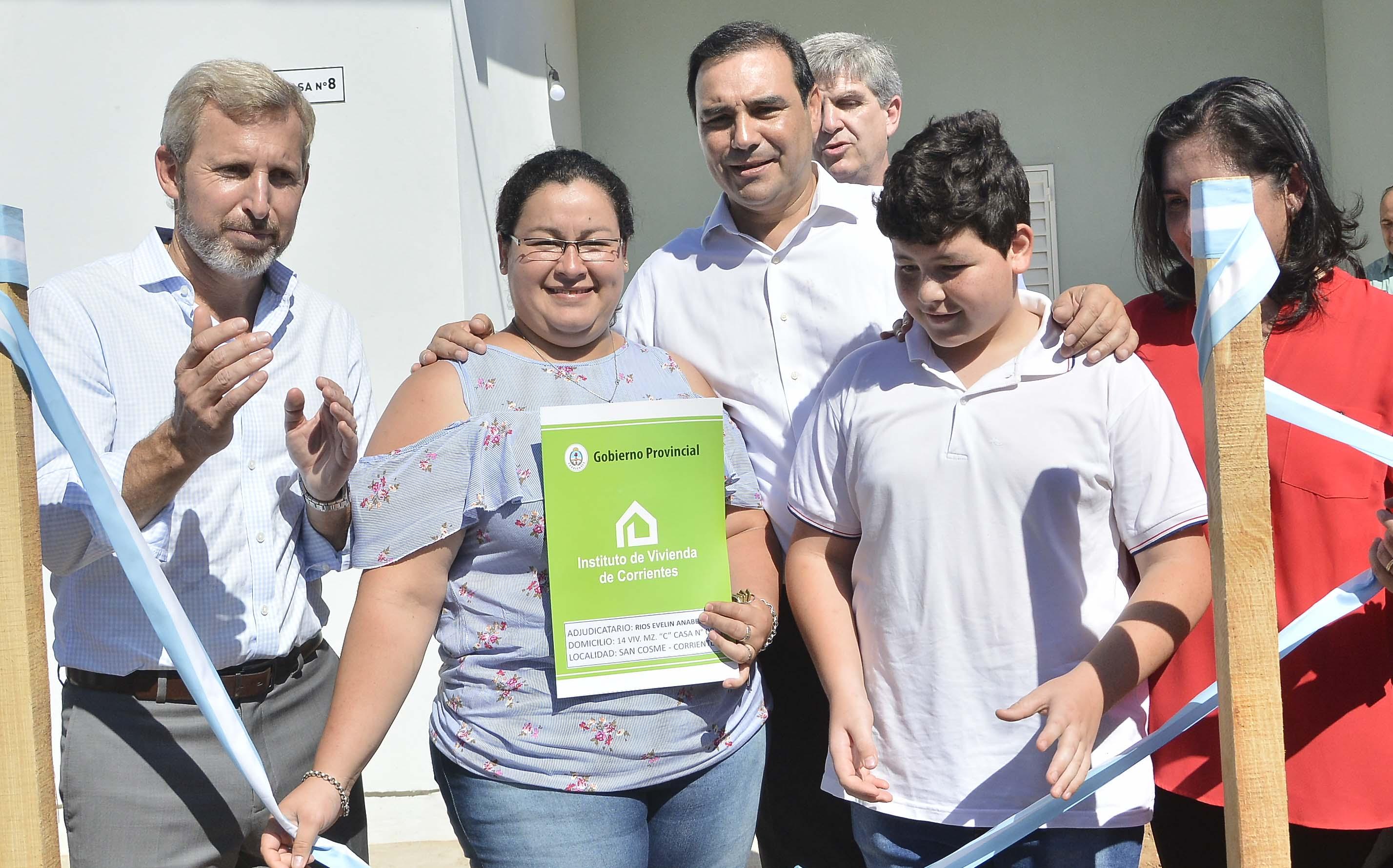 """Valdés entregó viviendas con Frigerio, quien reconoció  que la Nación debe """"ponerse al día"""" con Corrientes"""