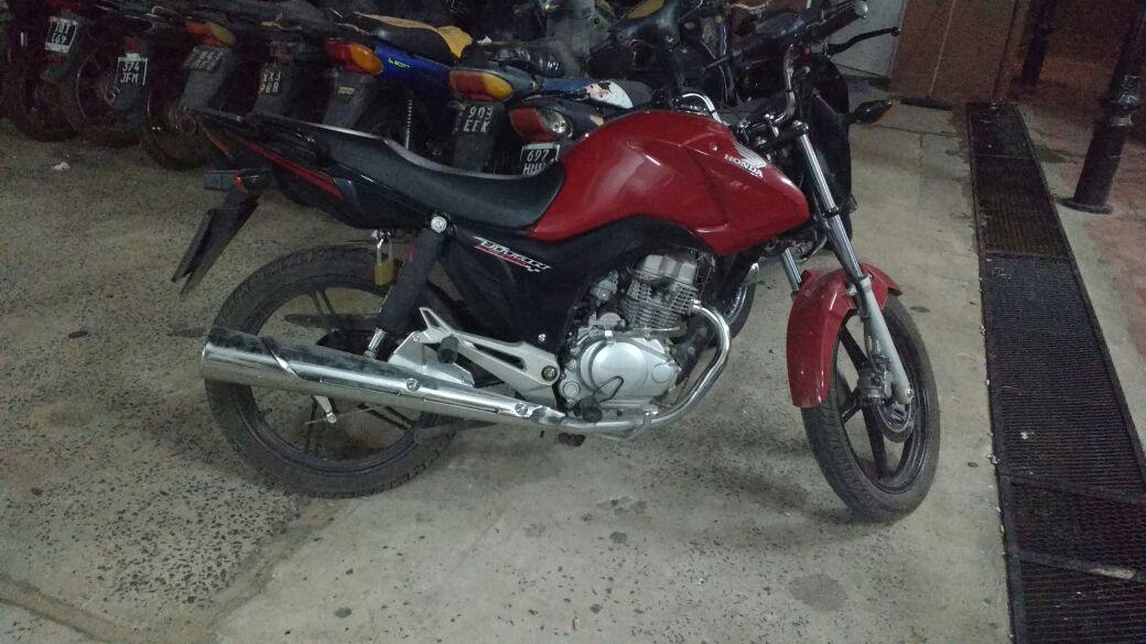 La Policía, aprehendió y secuestró una motocicleta, en vinculación a un supuesto hecho delictivo.