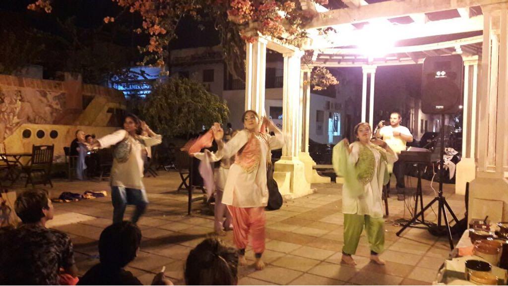 Cálida tarde en la plaza Italia con el Paseo de las Artes