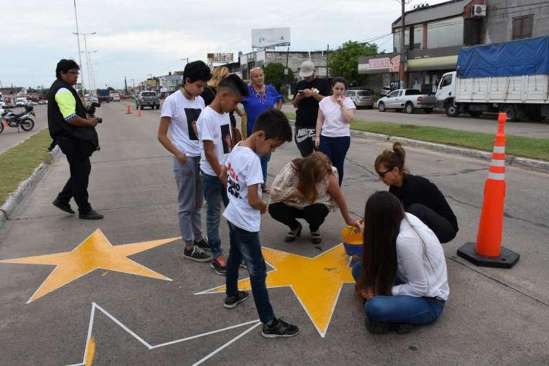 Pintaron estrellas amarillas para recordar a víctimas de un siniestro vial