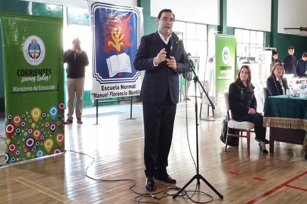 El Gobernador Valdés inauguró el piso de  parqué en la Escuela Normal de Mercedes