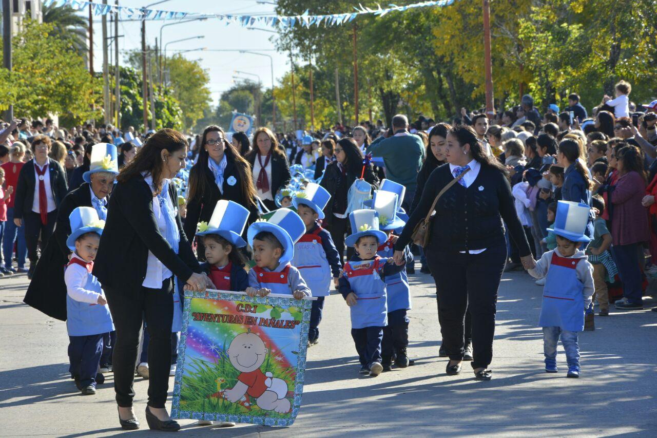 Con más de 400 niños los CDI provinciales celebraron el día de la Patria con un desfile cívico