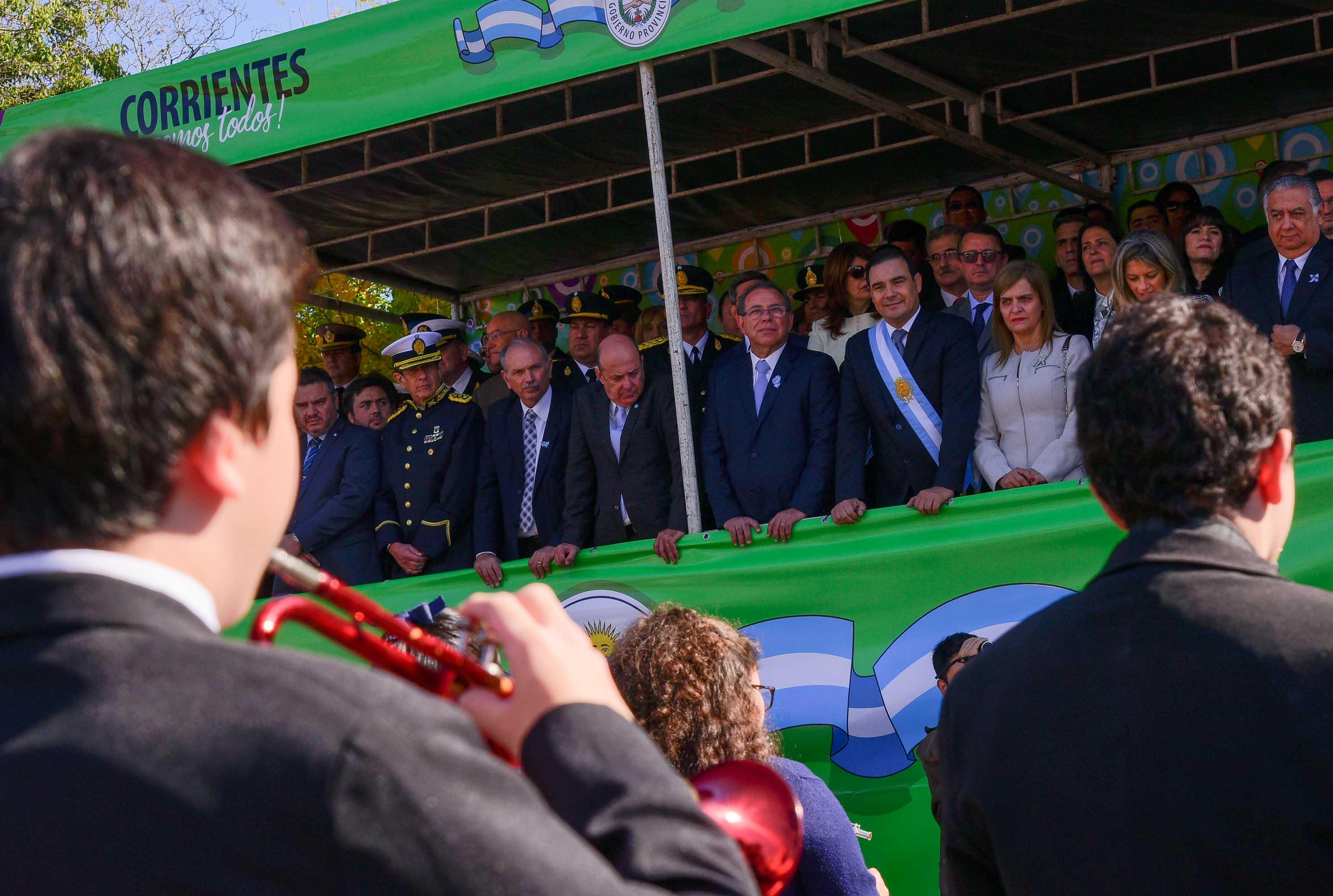 El desfile cívico militar  marcó el punto culminante  hoy del 208° aniversario de la Revolución de Mayo