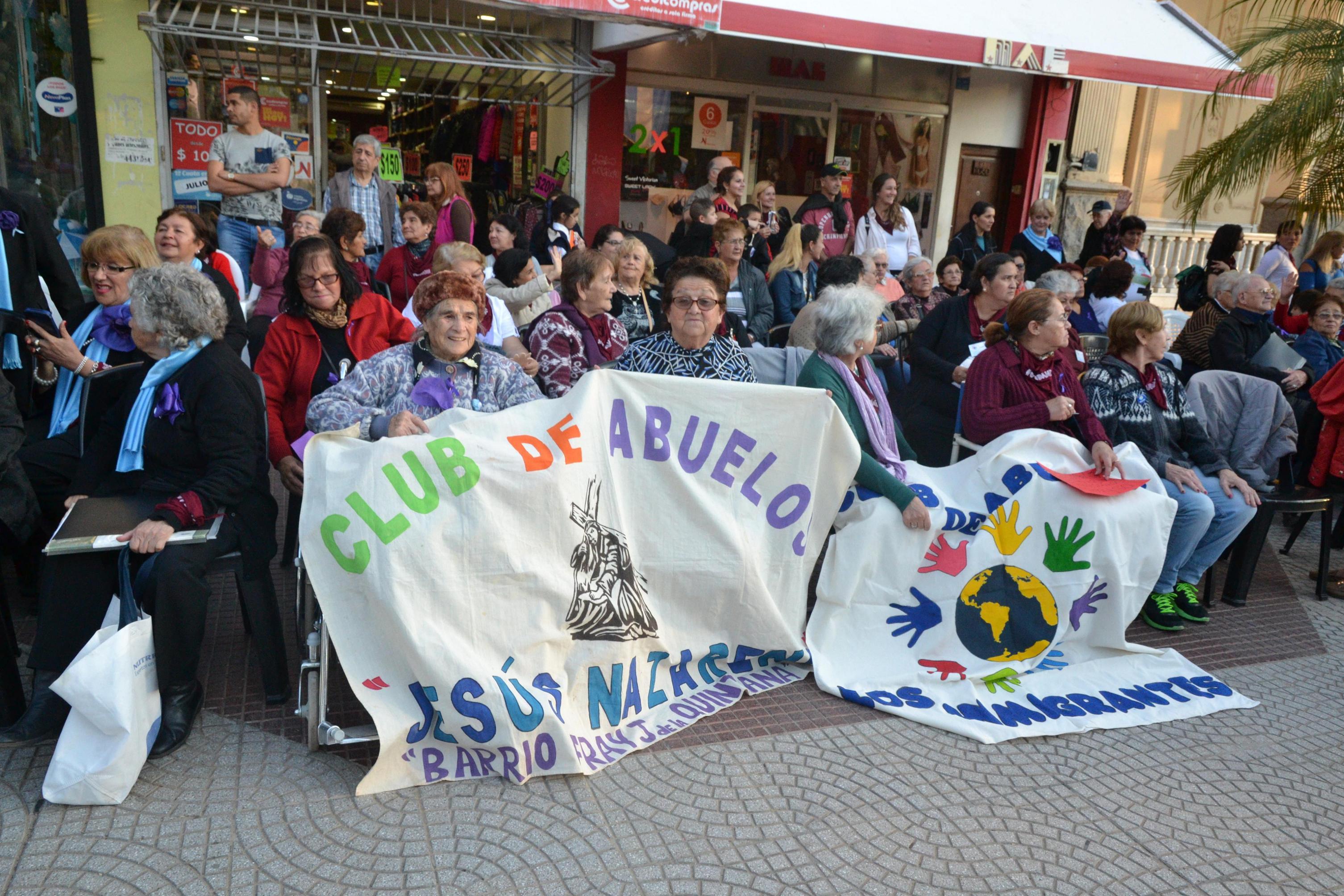 Emotivo cierre de la jornada por el buen trato a los adultos mayores en la plaza Vera