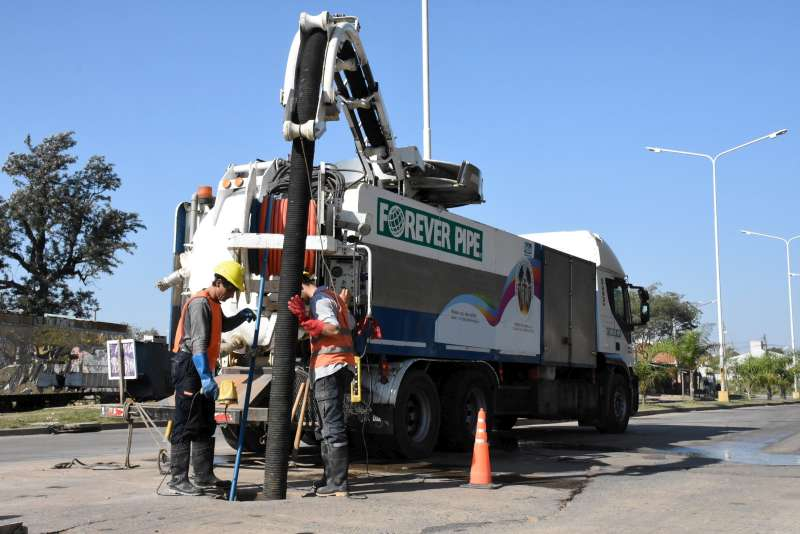 Continúa la limpieza de desagües en distintos sectores de la ciudad