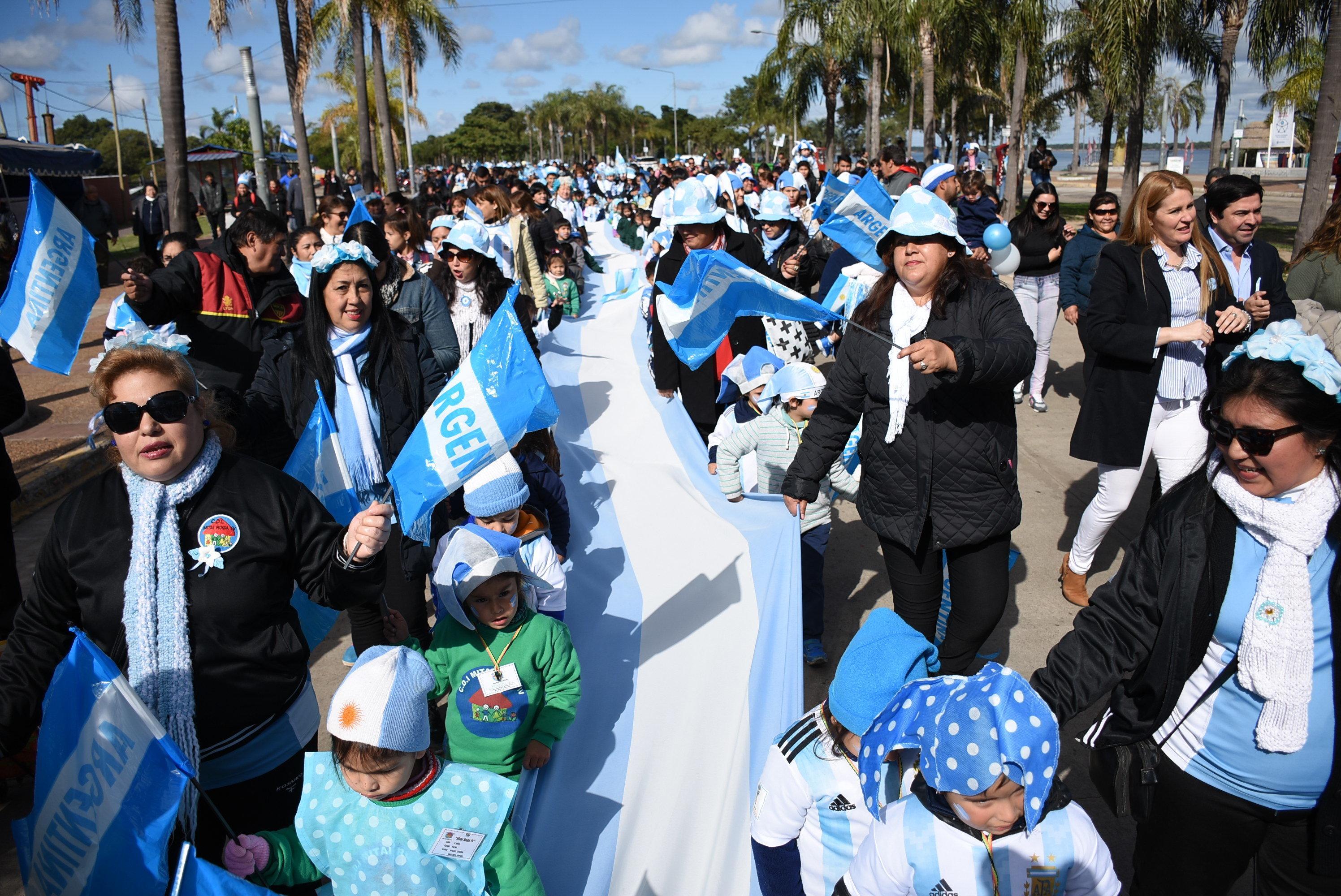 Banderazo patrio de niños de los Centros de Desarrollo Infantil municipales en la Costanera