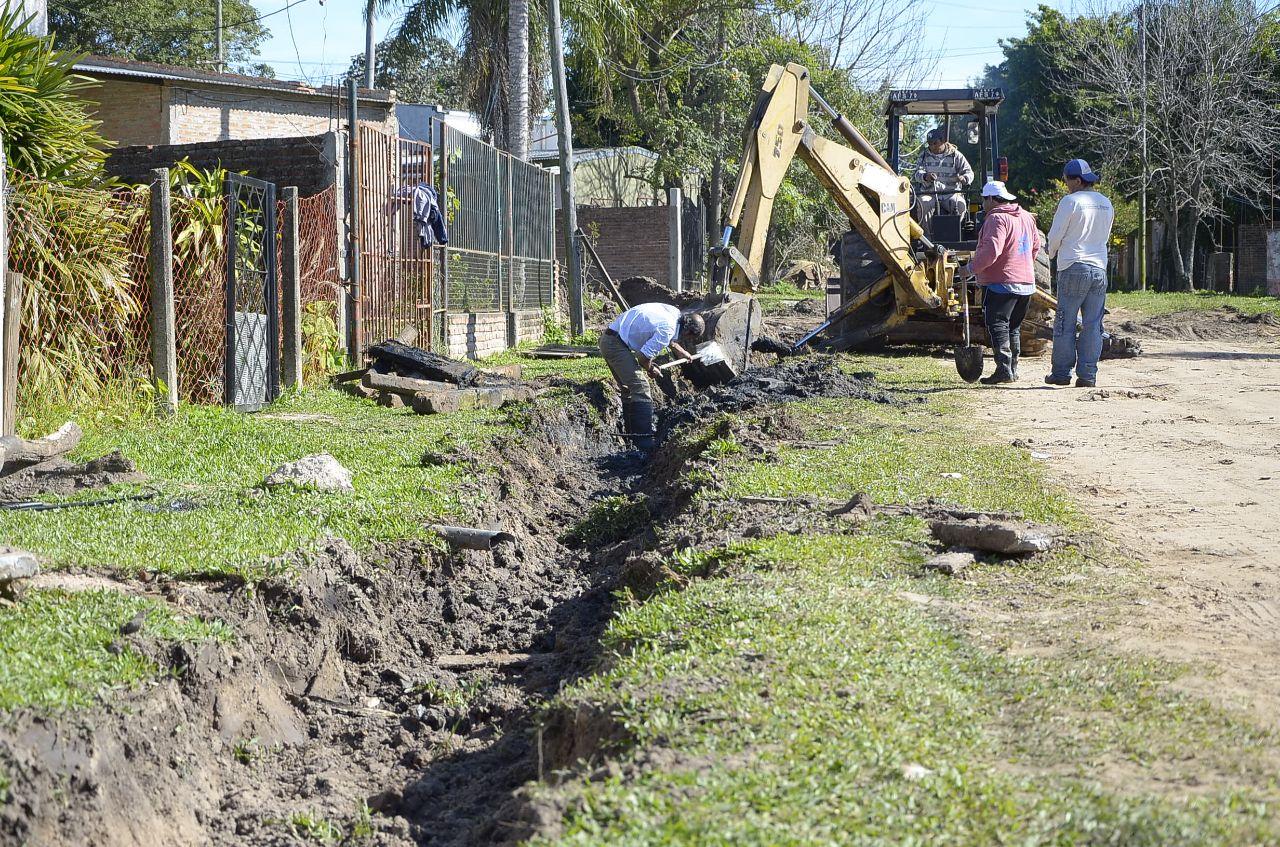Se realizan trabajos de zanjeo y limpieza de desagües en el barrio San Roque Este