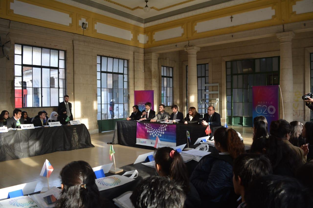 Modelo G20,los alumnos del Colegio General  San Martín simularon la dinámica del foro