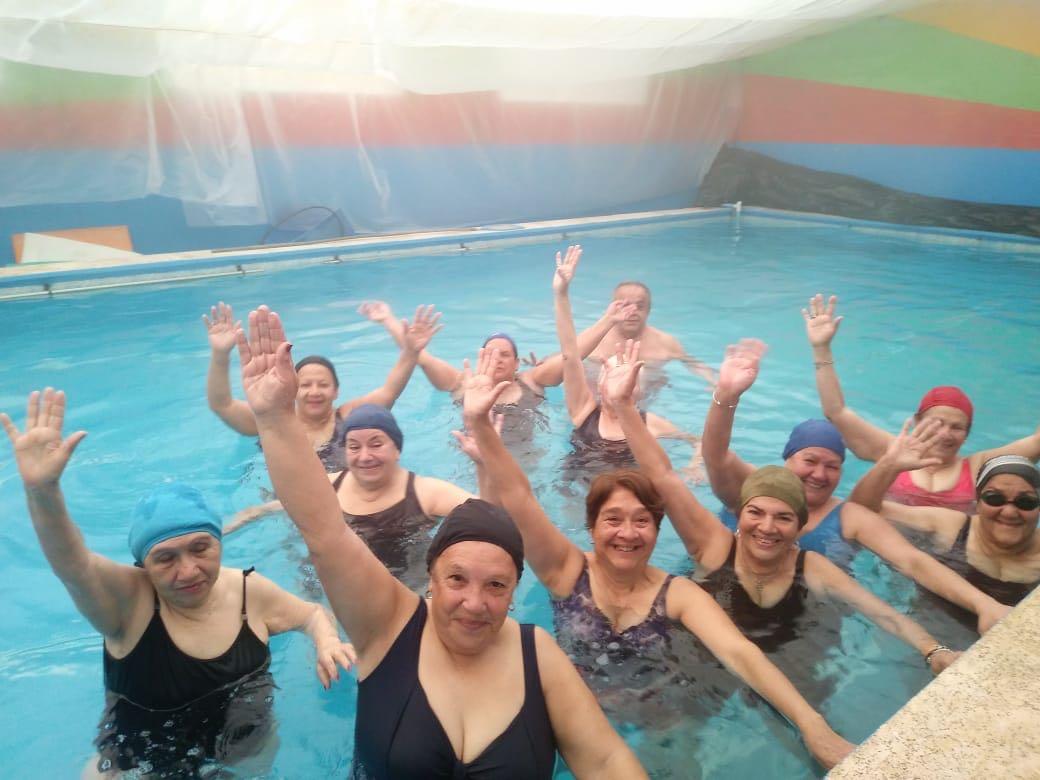 Promueven programa de actividades acuáticas para abuelos de Corrientes