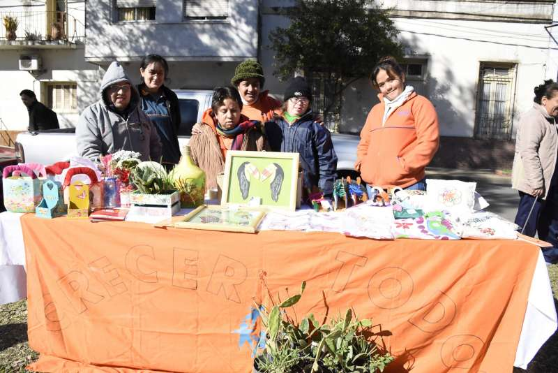 La Municipalidad organizó una feria inclusiva en la plaza Torrent