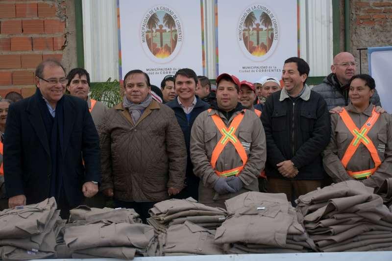 Tassano entregó 600 uniformes a trabajadores de barrido y limpieza