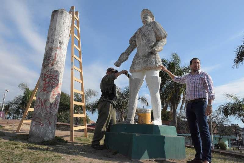 La Municipalidad realiza parquizado y restauración de la rotonda de Poncho Verde