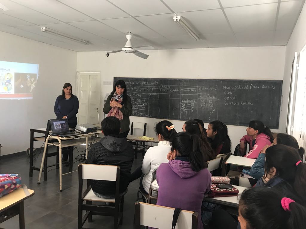 Dictan un taller sobre Bullying y Grooming para alumnos secundarios de Colonia Carolina