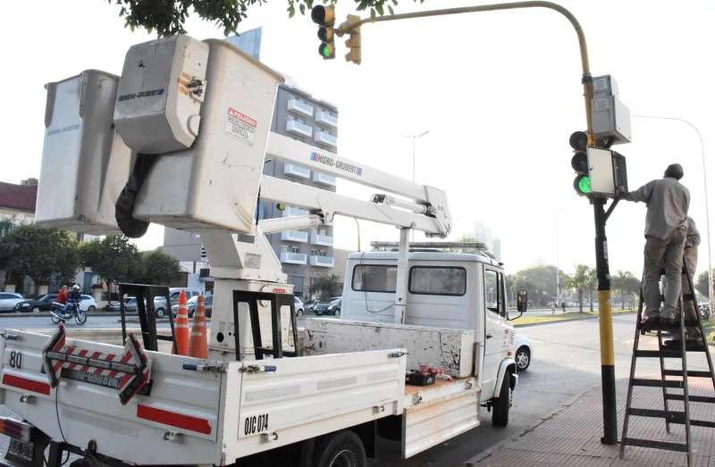 La Municipalidad recambia luces en los semáforos del corredor Belgrano