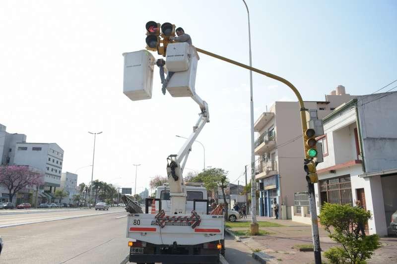 Avanza el recambio de luces en los semáforos del corredor Belgrano