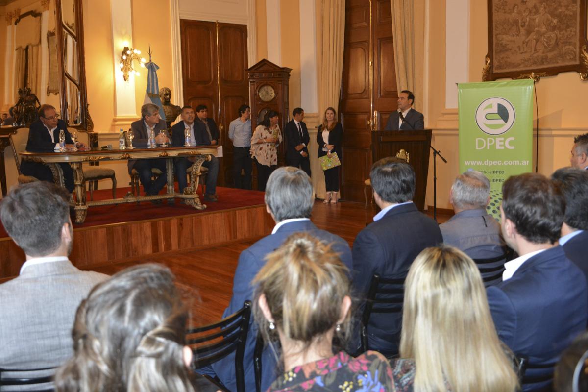 El gobernador Valdés presidió la firma entre la DPEC y la Municipalidad