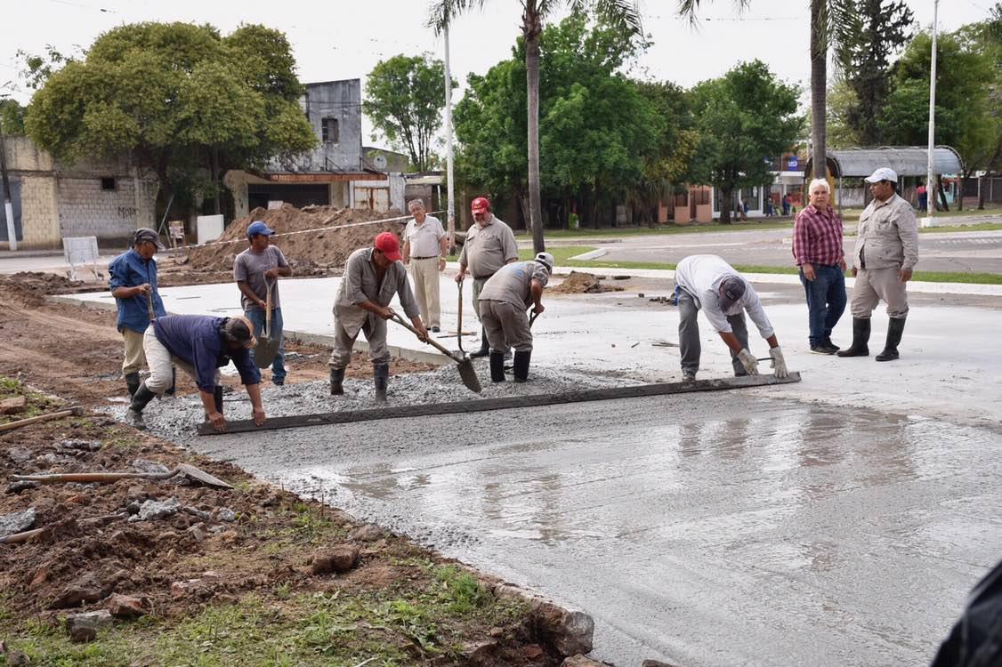 Avanzan los trabajos de bacheo frente al cementerio San Juan Bautista