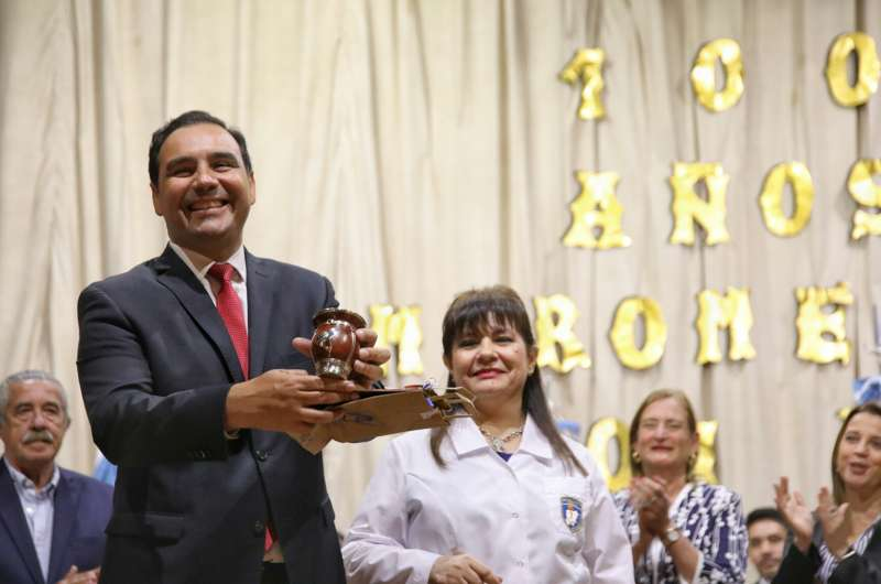 En Mercedes, el gobernador Valdés homenajeó a diez escuelas centenarias