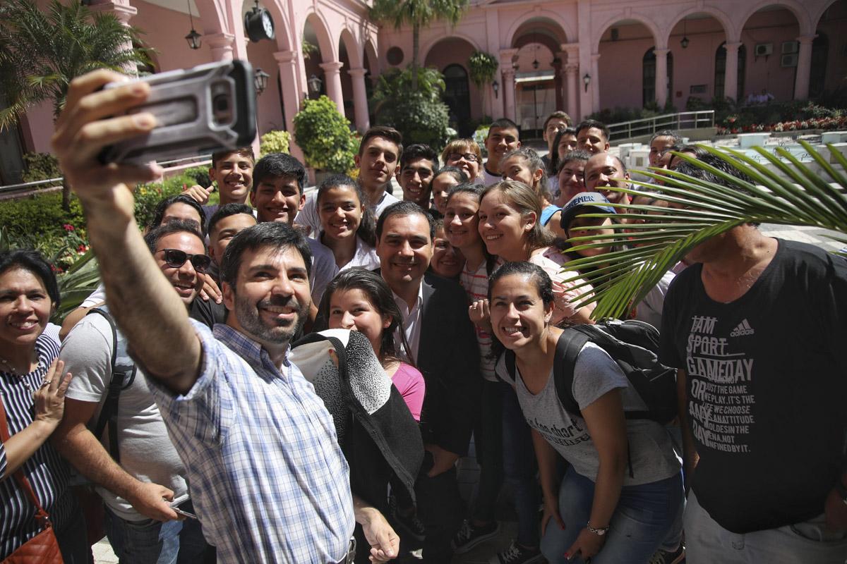 Valdés, junto a una comitiva de la Escuela Normal de Bella Vista