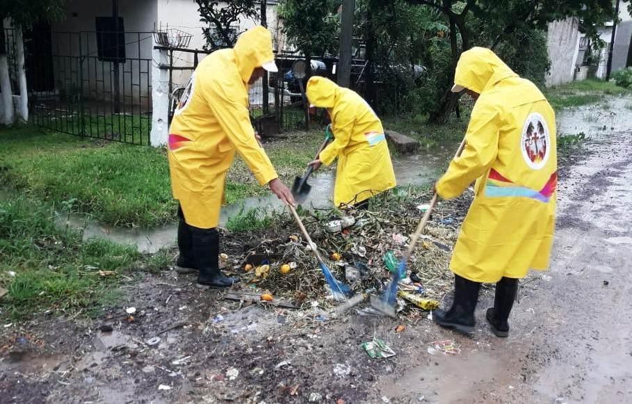 Trabajos municipales en los barrios ante las intensas lluvias de esta mañana