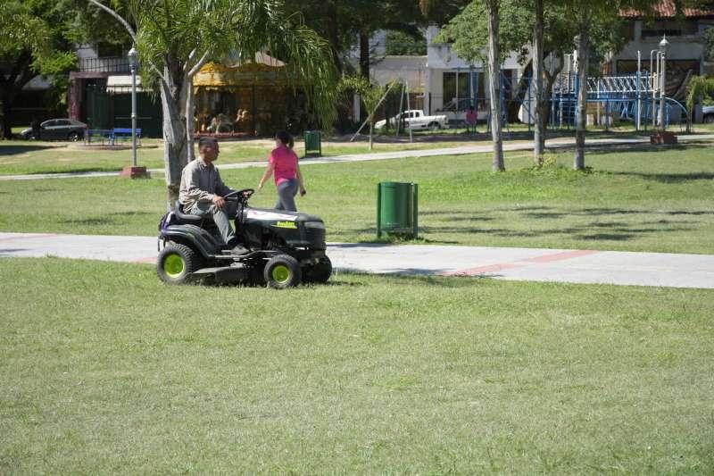 Con maquinaria recuperada, la Municipalidad realiza mejoras en espacios verdes