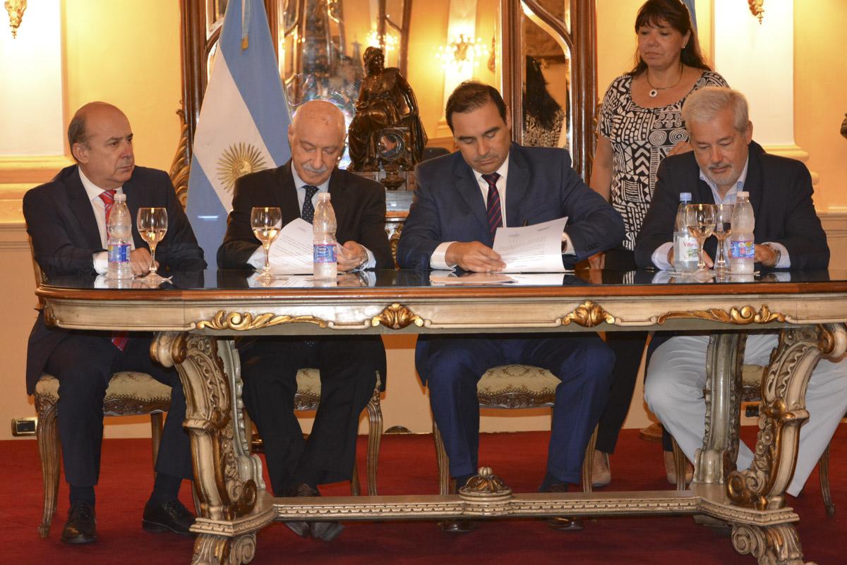 Valdés firmó tres convenios con el CFI para aumentar la actividad productiva