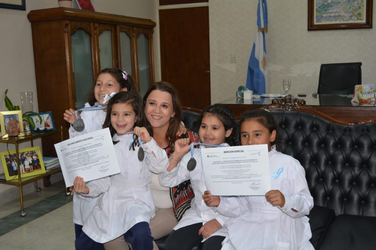 Estudiantes con menciones especiales en la Feria Nacional de Innovación Educativa visitaron a la Ministra de Educación