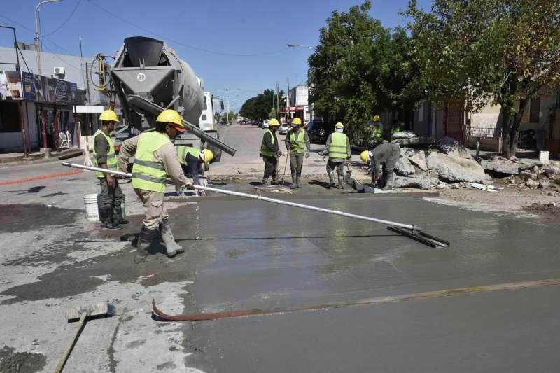 La comuna realiza los últimos trabajos de bacheo en la esquina de Cazadores y Tacuarí