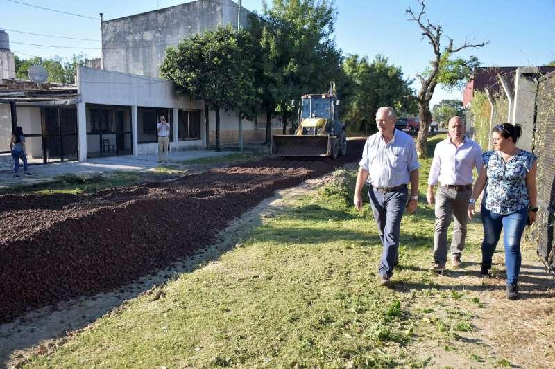 Obras de mejora de calles de tierra y de cloacas en el barrio Doctor Montaña