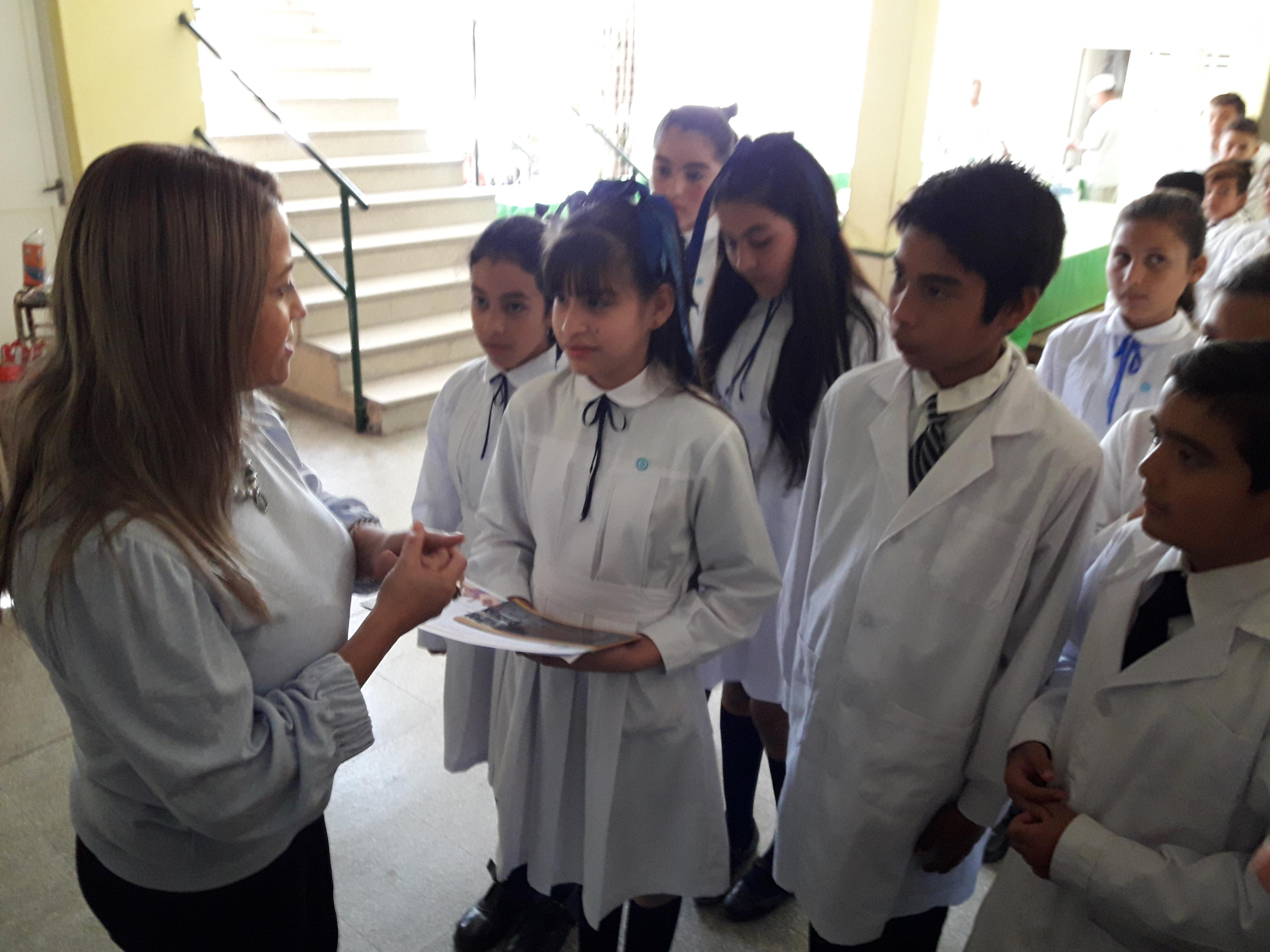 """Susana Benítez visitó la Escuela Primaria """"General Toribio Luzuriaga"""" y entregó de materiales"""