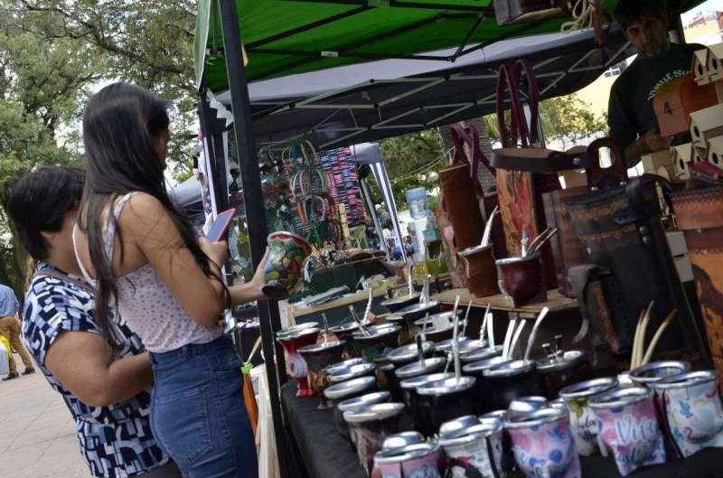 Con espectáculos gratuitos y gran variedad de productos, comenzó la Feria de los Artesanos