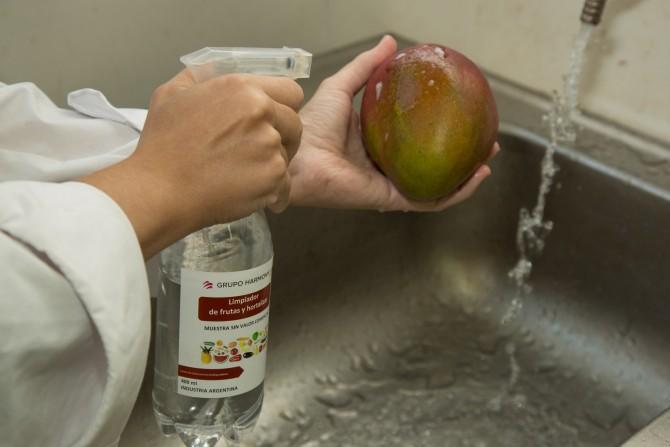 Desarrollan en el país un novedoso limpiador que alarga la vida de frutas y hortalizas