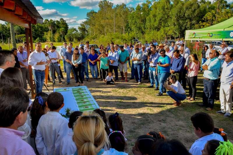 El Gobernador entregó viviendas rurales e inauguró el enripiado de la Ruta 115 en Carolina