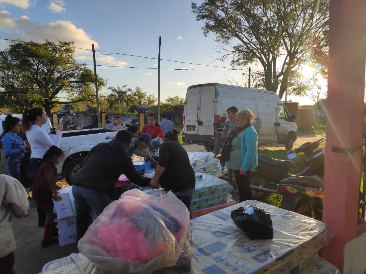 Entregan recursos a familias evacuadas