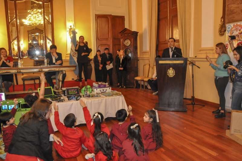 """El gobernador Valdés instó a hacer la """"revolución del conocimiento a través de las nuevas tecnologías"""""""