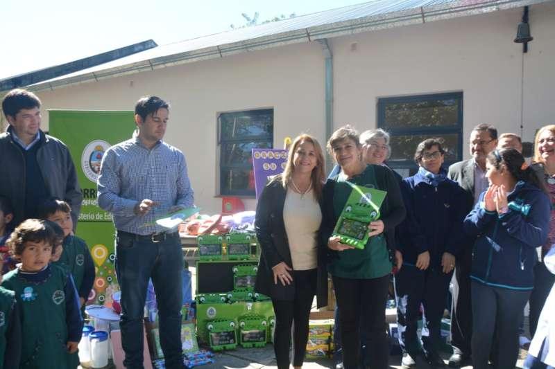 Visita y entrega de materiales a Escuela de Santa Ana