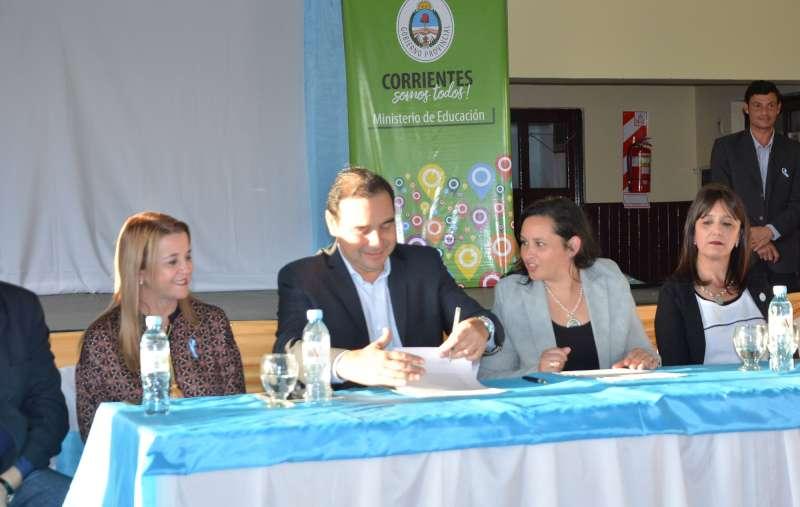 Valdés inauguró refacciones en una escuela, una red cloacal y pavimento en Yapeyú