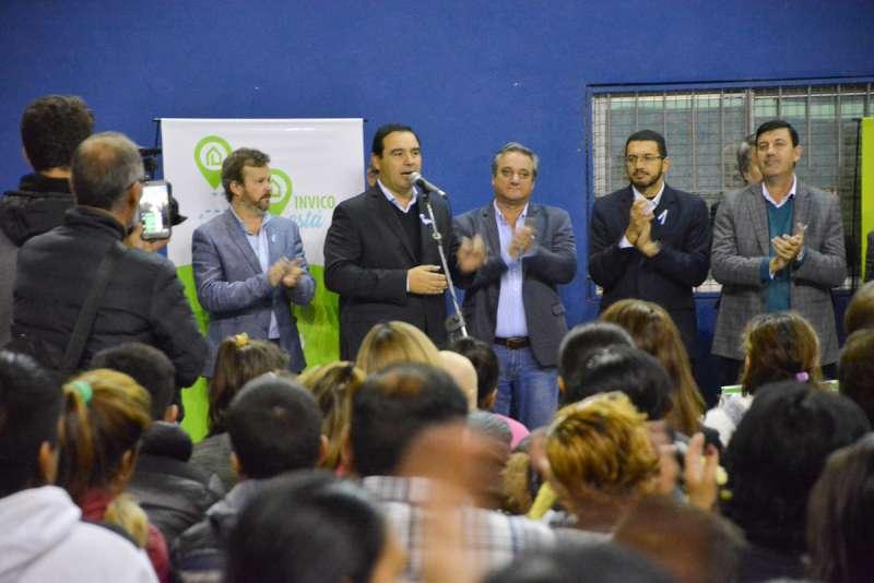 Valdés en Paso de los Libres: entregó 100 viviendas, prometió otras 150 y anunció obras para la localidad