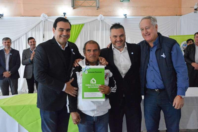Valdés entregó 50 viviendas en Monte Caseros y anunció la construcción de 100 más