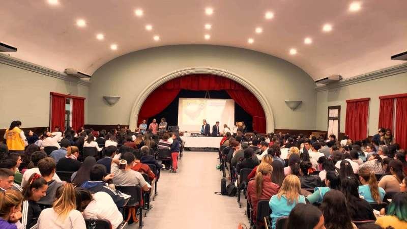 Más de 400 estudiantes y docentes, se capacitaron en el abordaje del consumo problemáticos