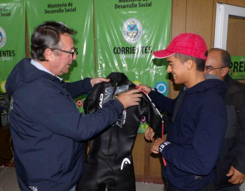 El destacado atleta Lautaro González recibió un traje de neoprene